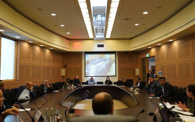 La commission des arrangements de la Knesset se réunit en pleine crise du coronavirus pour approuver la séparation des factions Yesh Atid et Telem du parti centriste Kakhol lavan, le 29 mars 2020. (Knesset)
