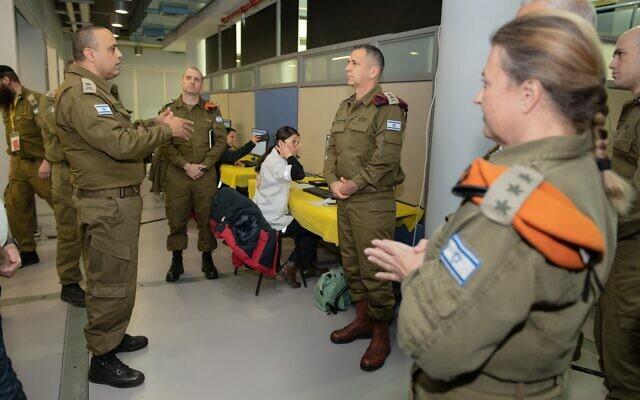 Le chef d'Etat-major Aviv Kohavi, à droite, visite le Commandement du front intérieur à Ramlé et s'entretient avec le général de division Tamir Yadai, à gauche, le 18 mars 2020 (Crédit : Armée israélienne)