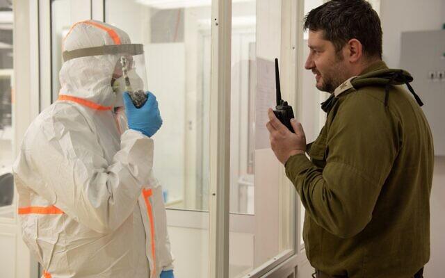 Photo d'illustration - les soldats dans un laboratoire de testage des militaires au coronavirus, le 23 mars 2020 (Crédit : Armée israélienne)