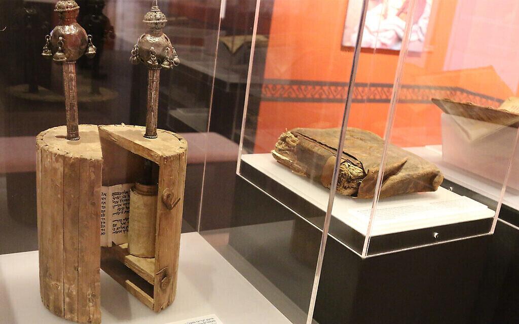 Un ancien rouleau et livre de la Torah yéménite au Musée des pays de la Bible. (Shmuel Bar-Am)