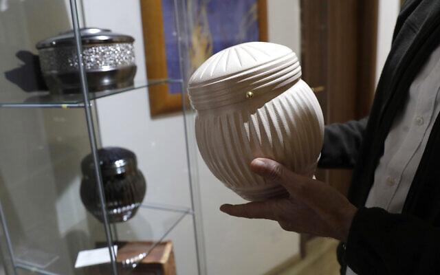Un homme tient une urne dans une maison funéraire à Rome, le 25 octobre 2016. (AP Photo/Alessandra Tarantino)