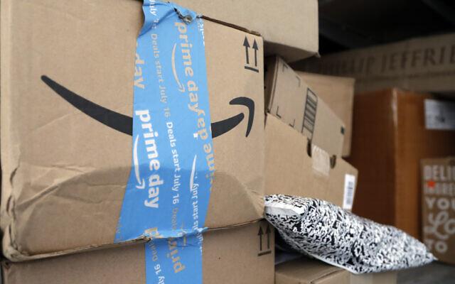 Des colis d'Amazon Prime posés dans un camion de livraison. (AP Photo/Lynne Sladky)