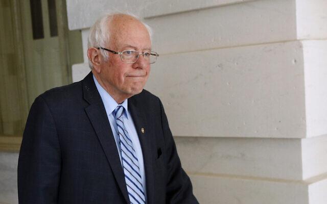 Le sénateur Bernie Sanders, candidat à l'investiture présidentielle démocrate, quitte Capitol Hill à Washington, le mercredi 18 mars 2020, après que le Sénat a adopté un deuxième projet de loi en réaction au coronavirus. (AP Photo / Patrick Semansky)