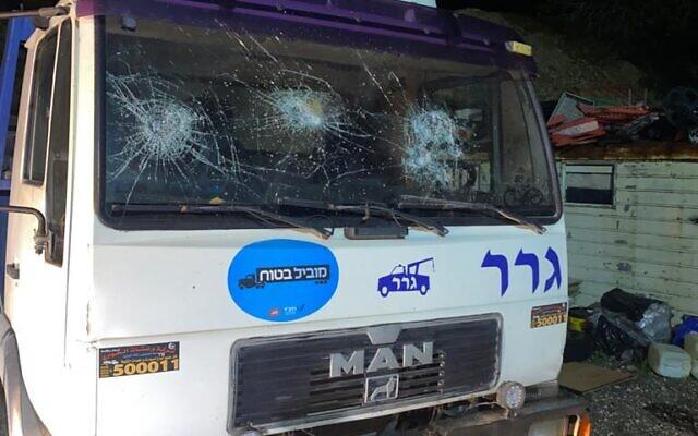 Photographie d'un véhicule endommagé dans le village palestinien d'Hawara en Cisjordanie. (Crédit : Twitter)