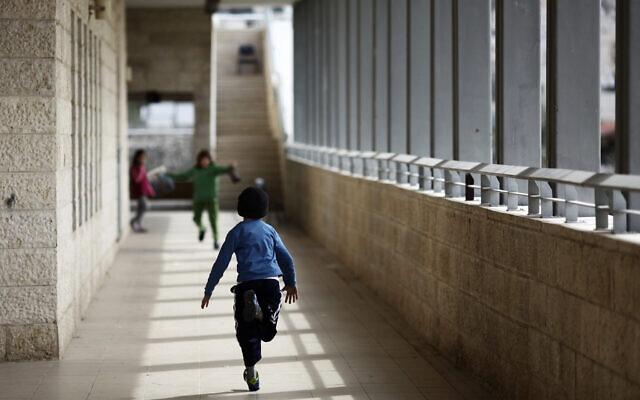 Des enfants arabes et israéliens à l'école  Max Rayne Main dans la main pour l'éducation bilingue à Jérusalem, le 14 février 2012. (Kobi Gideon/Flash90/File)