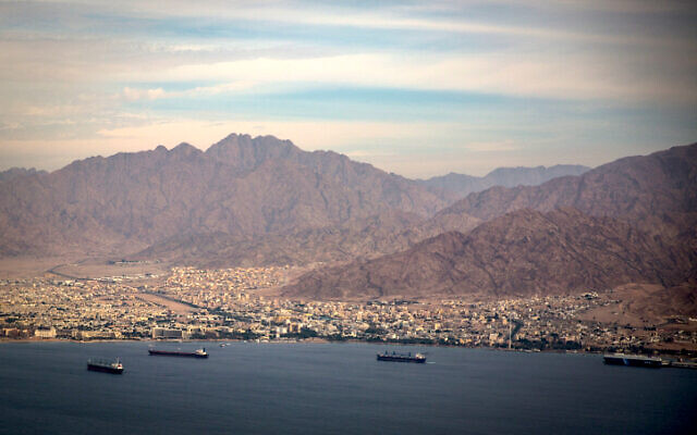 La ville israélienne d'Eilat et la ville jordanienne d'Aqaba, le 18 décembre 2014. (Crédit : Hadas Parush/Flash90)