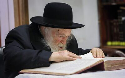 Le rabbin Chaim Kanievsky dans sa maison à Bnei Brak, le 15 avril 2018. (Yaakov Naumi/Flash90)