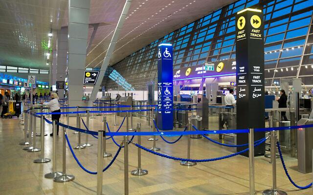 Les halls de départ vides de l'aéroport Ben Gurion. Les gens annulent leurs voyages par crainte du coronavirus, le 8 mars 2020. (Crédit : Flash90)
