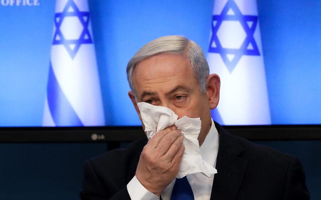 Le Premier ministre Benjamin Netanyahu dit aux Israéliens de s'assurer qu'ils utilisent des mouchoirs quand ils toussent ou éternuent lors d'une conférence de presse sur le coronavirus au Bureau du Premier ministre à Jérusalem, le 11 mars 2020. (Flash90)