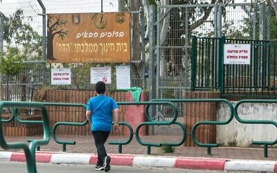 Photographie d'un étudiant devant l'école élémentaire Hadar à Kfar Yona, le 12 mars 2020. (Chen Leopold/Flash90)