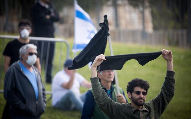 """Des Israéliens participent à une manifestation """"pour sauver la démocratie d'Israël"""" devant la Knesset à Jérusalem, le 25 mars 2020. (Yonatan Sindel / Flash90)"""