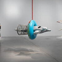 Des oeuvres d'art de Jeff Koons sont exposées au Musée d'art de Tel Aviv (Crédit : Elad Sarig)