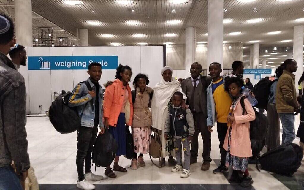 Des immigrants éthiopiens en partance pour Israël à l'aéroport Addis-Abeba, le 23 mars 2020. (Crédit: Avraham Neguise)