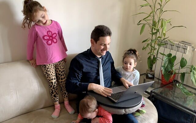 Eliav Rodman, responsable marketing de myInterview, travaille depuis chez lui en compagnie de ses trois enfants à Jérusalem, le 26 mars 2020.  (Maor Rodman)