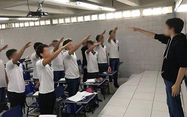 Des étudiants d'un lycée brésilien font un salut nazi dans la ville du nord de Recife. (Capture d'écran : Instagram via JTA)
