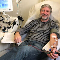 Le rabbin Daniel Nevins donnant son plasma sanguin à l'hôpital au Mount Sinai Hospital à New York, le 27 mai 2020. (Crédit : Daniel Nevins via JTA)