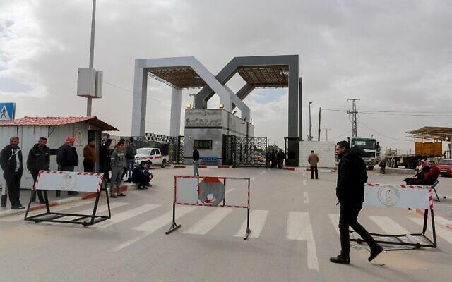Le 8 janvier 2019, les forces de sécurité palestiniennes du Hamas montent la garde au poste-frontière de Rafah, dans le sud de la bande de Gaza. (Crédit : Abed Rahim Khatib / Flash90)