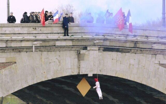 Des militants toulousains du groupuscule d'extrême droite royaliste de l'Action Française pendent une marionette représentant Marianne depuis le pont Neuf, samedi 28 février 2020. (Crédit : Twitter Action française - Toulouse).