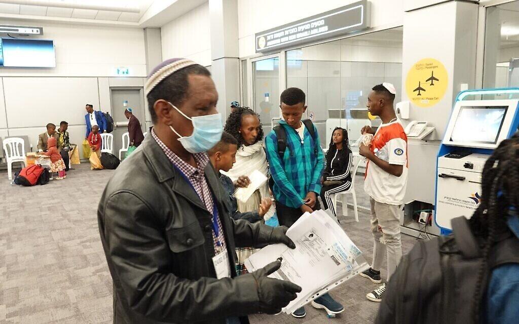 Des immigrants éthiopiens peu après leur arrivée à l'aéroport Ben Gurion, le 14 mars 2020. (Michael Dimenstein/ GPO)