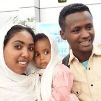 Des immigrants éthiopiens peu après leur arrivée à l'aéroport Ben Gurion, le 24 mars 2020. (Michael Dimenstein/ GPO)tein / GPO.