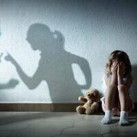 Photo d'illustration d'un enfant dont les parents se disputent (Crédit : RomoloTavani/iStock/Getty Images)
