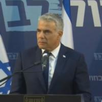 Yair Lapid lors d'une conférence de presse à Tel Aviv, le 26 mars 2020. (Capture d'écran)