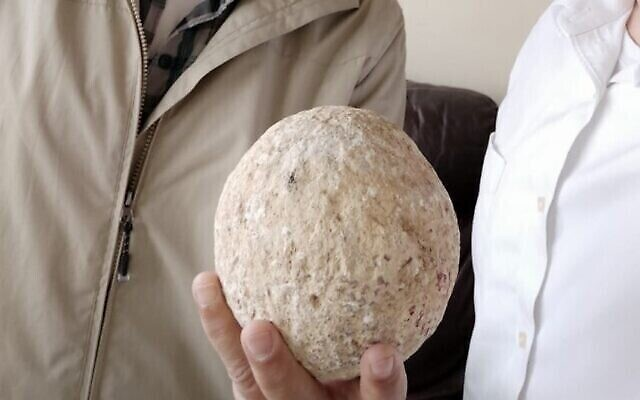 Une pierre de baliste vieille de 2000 ans est restituée à la Ville de David par un Israélien anonyme 15 ans après l'avoir volée. (Moshe Manies)