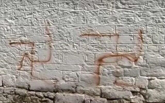 Des croix gammées taguées autour de la synagogue d'Ioannina dans le nord-est de la Grèce, le 12 septembre 2016. (Capture d'écran : ITV)