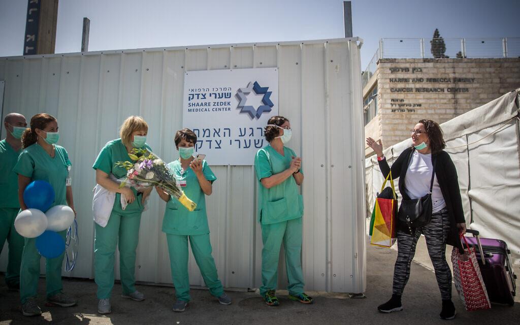 Simcha Friedman, une patiente du centre médical de Shaare Zedek qui s'est rétablie du coronavirus, à sa sortie du centre médical de Shaare Zedek à Jérusalem, le 24 mars 2020. (Crédit : Yonatan Sindel / Flash90)
