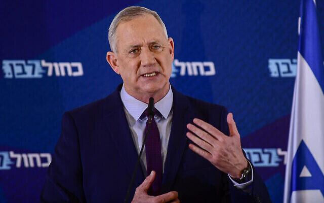 Le chef du parti Kakhol lavan Benny Gantz tient une conférence de presse à Kfar Maccabiah, le 7 mars 2020. (Crédit : Tomer Neuberg / Flash90)