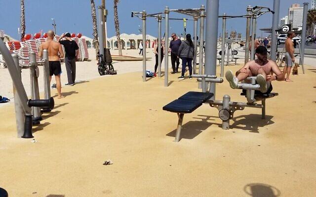 Personnes s'entraînant sur un site de gym en plein air à Tel Aviv, le 15 mars 2020. (Adam Rasgon/Times of Israël)