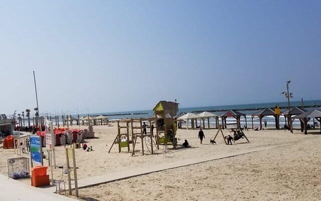 Des personnes se détendent à la plage de Tel Aviv, le 15 mars 2020. (Adam Rasgon/Times of Israël)