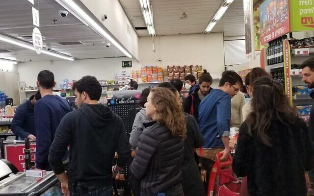 Longue file d'attente dans un supermarché du centre de Tel Aviv, le 15 mars 2020. (Adam Rasgon/Times of Israël)