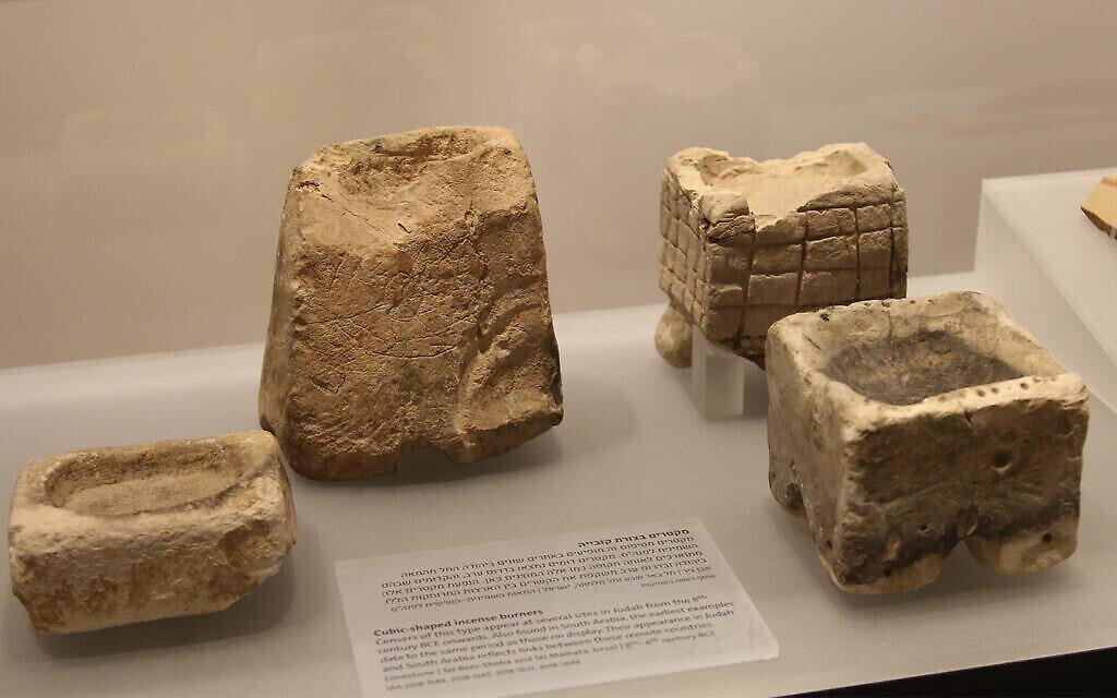 Brûleurs d'encens découverts dans l'ancien Israël et l'Arabie du Sud, datant du 8e siècle avant notre ère, au Musée des pays de la Bible. (Shmuel Bar-Am)
