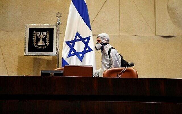 Désinfection de la Knesset avant la prestation de serment des députés dans le contexte de la crise du coronavirus, le 16 mars 2020. (Porte-parole de la Knesset)