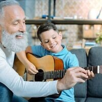 Les personnes âgées à la retraite ont tant de connaissances à transmettre, affirme Esther Hershcovich, une immigrante canadienne en Israël, qui lance la plateforme SAGE. (Zinkevych/iStock/Getty Images)