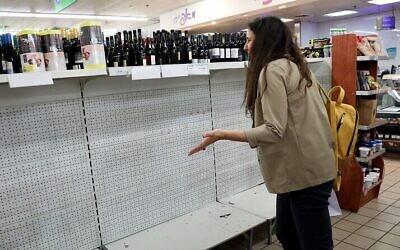 Des rayons vides dans un supermarché de Tel Aviv. Les Israéliens stockent de la nourriture alors que le gouvernement prend des précautions plus strictes contre le virus Corona, 10 mars 2020. (Yossi Zamir/FLASH90)