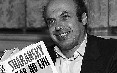 """Natan Sharansky avec une copie de son livre """"Fear No Evil,"""" au mois de juillet 1988 (Crédit : Express Newspapers/Getty Images via JTA)"""