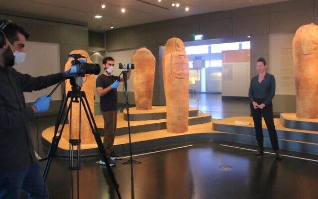 """L'exposition """"Emoglyphes : l'écriture idéographique, des hiéroglyphes aux émojis"""", et sa commissaire Shirly Ben-Dor Evian, au musée d'Israël. (Autorisation : Sophia Kartavtzeva)"""