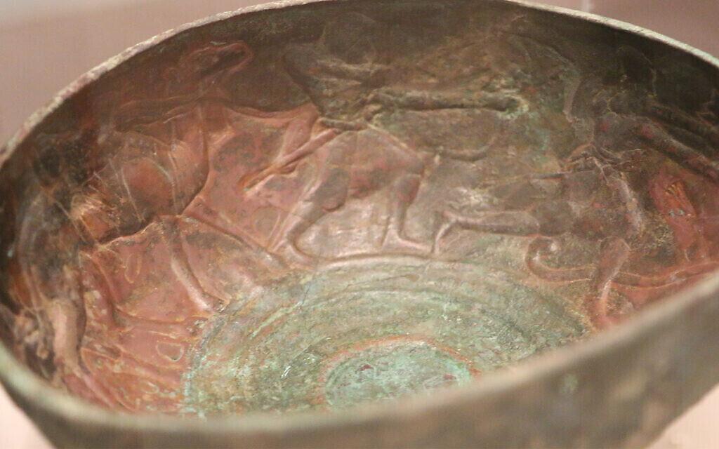 L'intérieur d'une coupe du 1er siècle de notre ère représente une chasse au lion, une activité prisée par les rois de l'époque. (Shmuel Bar-Am)