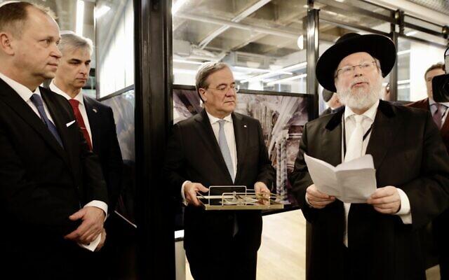 Le haut-politicien allemand Armin Laschet,  au centre, le ministre-président de l'état de Rhénanie du nord-Westphalie, lors de l'ouverture du nouveau bureau commercial et culturel de son état à Tel Aviv, le 1er mars 2020 (Crédit : Ralph Sondermann/ NRW)