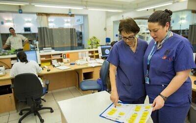 Des infirmières de l'hôpital Hadassah Ein Kerem, à Jérusalem, le 19 février 2014. (Crédit : Yonatan Sindel / Flash90)