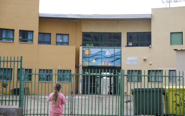 Une école fermée à Hadera, le 13 mars 2020. (Crédit : AP Photo/Ariel Schalit)