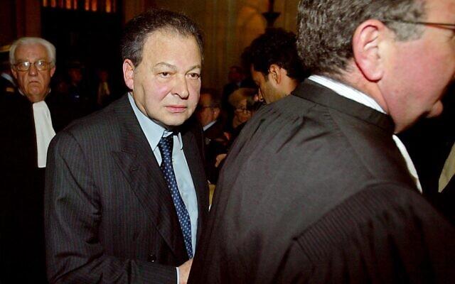 Maurice Bidermann, le 12 novembre 2003, à la sortie du tribunal à la fin du procès de l'affaire Elf. (Crédit : Jack Guez / AFP)