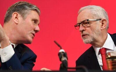 Le chef du Parti travailliste Jeremy Corbyn (à droite) s'entretient avec son secrétaire adjoint pour le Brexit, Keir Starmer, lors d'une conférence de presse à Londres, le 6 décembre 2019. (Crédit