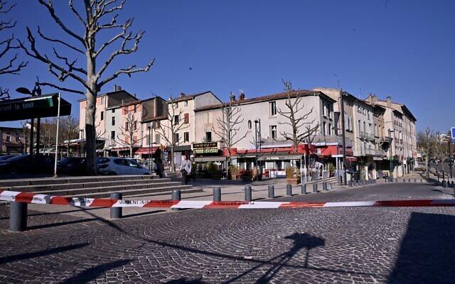 Une photo prise le 4 avril 2020 montre le centre ville de Romans-sur-Isere, après qu'un homme a attaqué plusieurs personnes avec un couteau, tuant deux personnes et en blessant sept autres avant d'être arrêté, selon des sources proches de l'enquête. (Photo par JEFF PACHOUD / AFP)