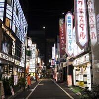 Cette photo montre une rue déserte dans le quartier de Kabuchiko, normalement animée, à Tokyo, le 7 avril 2020. (Photo par Behrouz MEHRI / AFP)