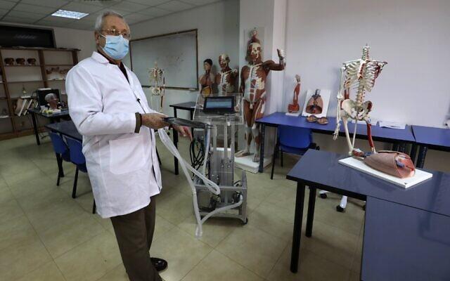 Le docteur Hani Abdin, doyen de la faculté de médecine de l'université palestinienne d'Al-Quds, présente un ventilateur conçu sur le campus d'Abu Dis en Cisjordanie, le 23 avril 2020. (Crédit : ABBAS MOMANI / AFP)