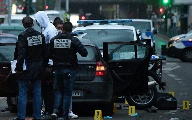 Des policiers français examinent le site où un conducteur a percuté et blessé deux policiers. L'automobiliste avait fait allégeance à l'EI, le 27 avril 2020 à Colombes. (Photo par FRANCK FIFE / AFP)