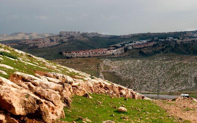 Une photo prise depuis le corridor controversé E1 en Cisjordanie montre l'implantation de Maale Adumim à l'arrière plan, le 25 février 2020 (Crédit : Ahmad Gharabli/AFP)